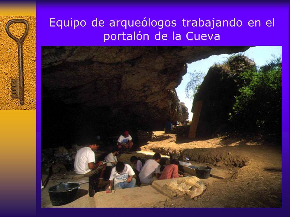 Equipo de arqueólogos trabajando en el portalón de la Cueva
