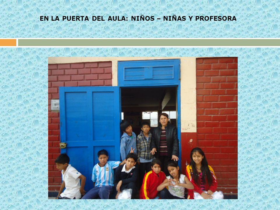 EN LA PUERTA DEL AULA: NIÑOS – NIÑAS Y PROFESORA