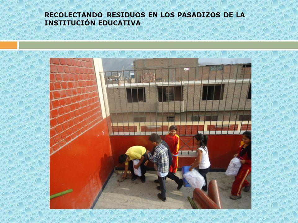 RECOLECTANDO RESIDUOS EN LOS PASADIZOS DE LA