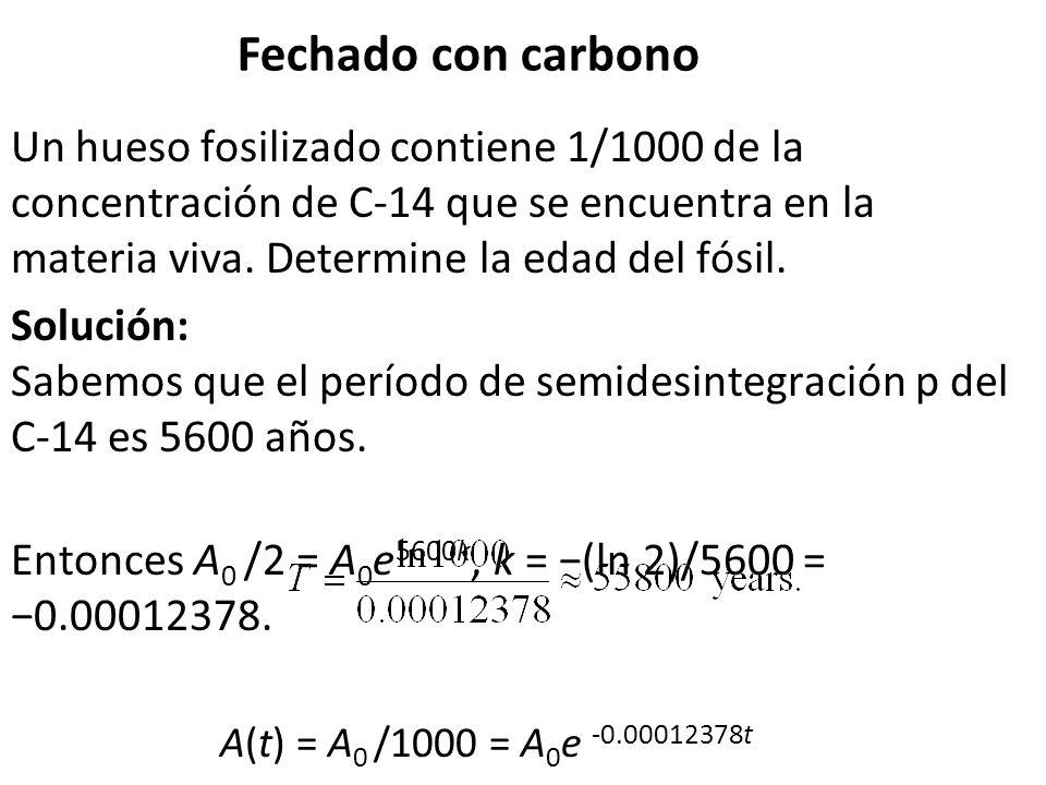 Fechado con carbono Un hueso fosilizado contiene 1/1000 de la concentración de C-14 que se encuentra en la materia viva. Determine la edad del fósil.