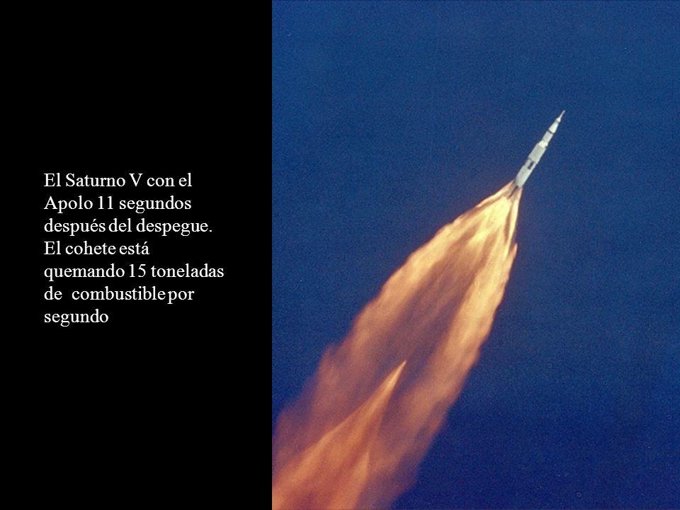 El Saturno V con el Apolo 11 segundos después del despegue