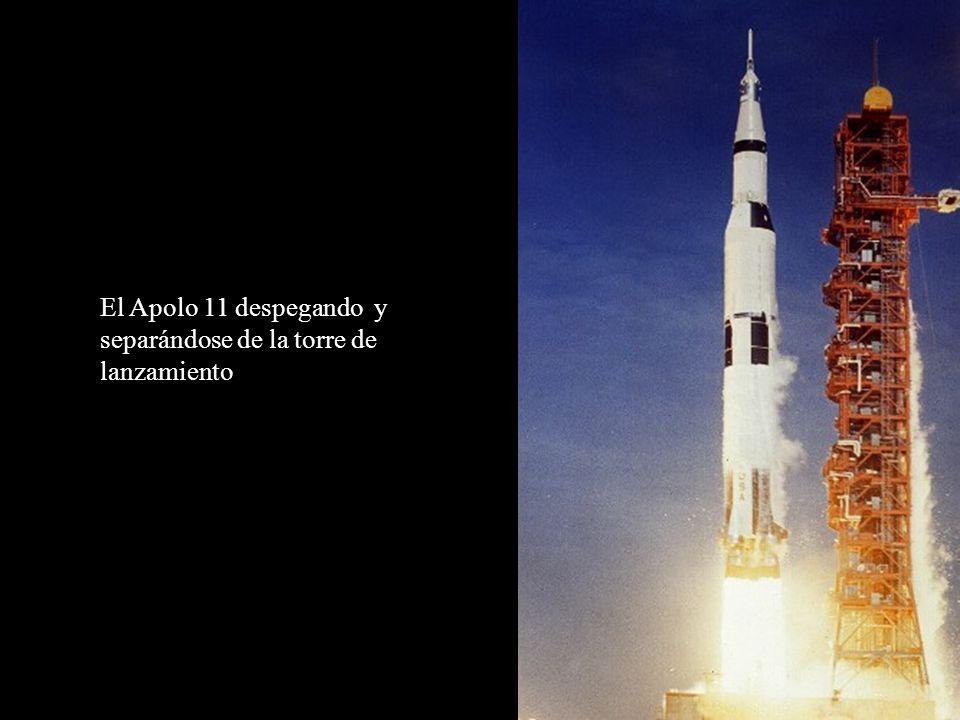El Apolo 11 despegando y separándose de la torre de lanzamiento