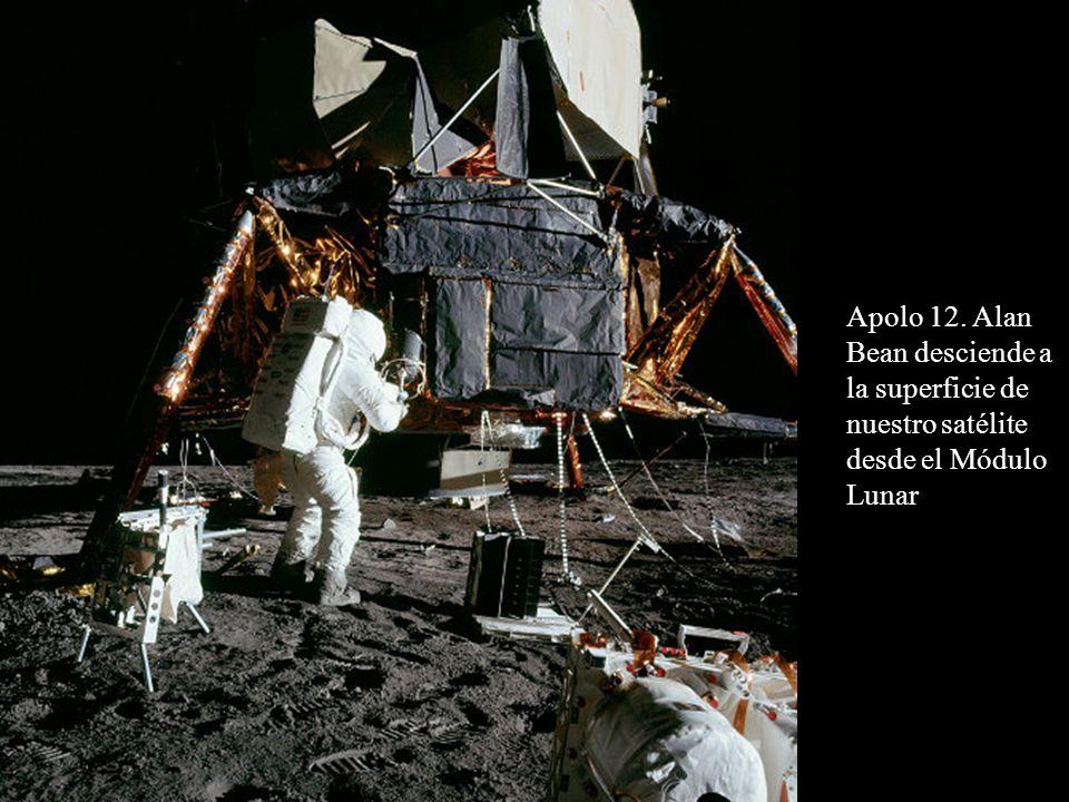 Apolo 12. Alan Bean desciende a la superficie de nuestro satélite desde el Módulo Lunar