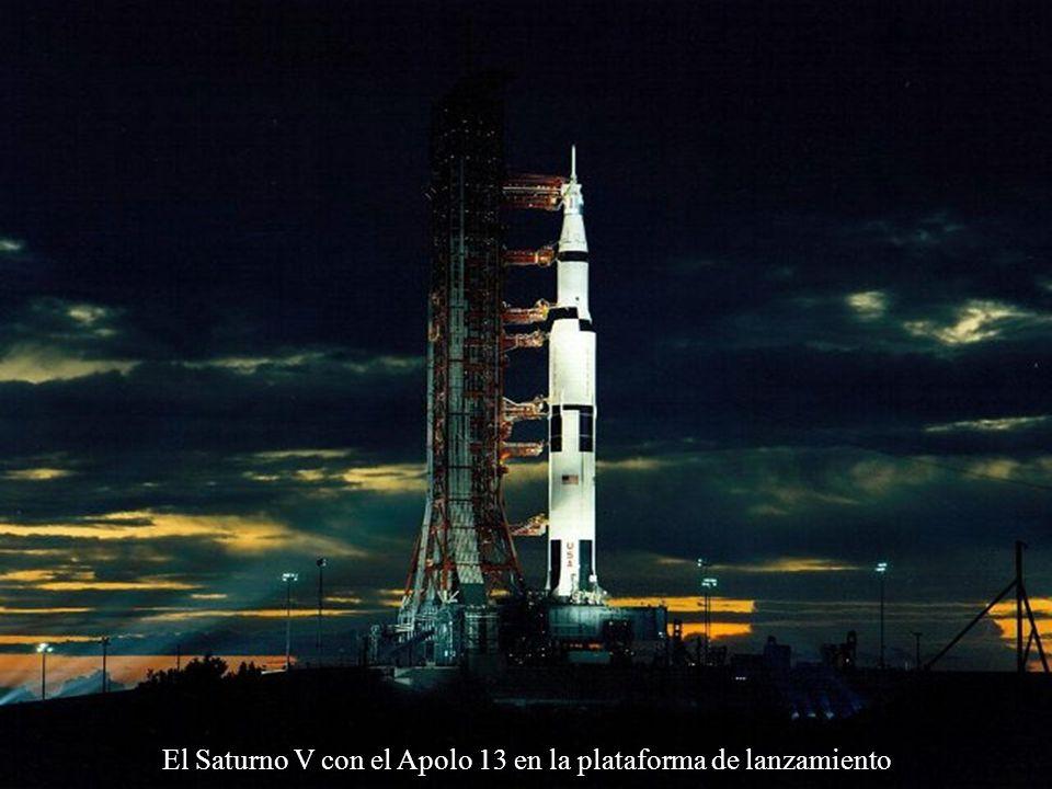 El Saturno V con el Apolo 13 en la plataforma de lanzamiento