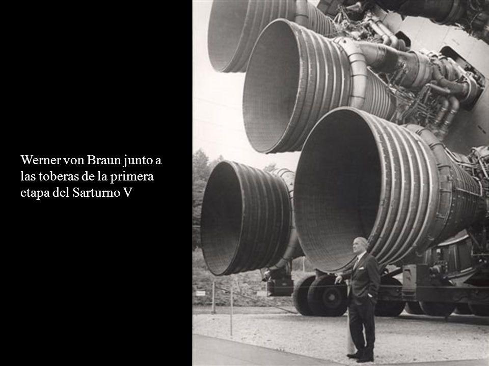 Werner von Braun junto a las toberas de la primera etapa del Sarturno V