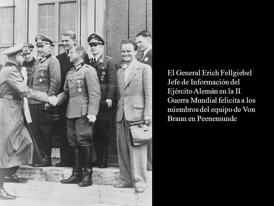 El General Erich Fellgiebel Jefe de Información del Ejército Alemán en la II Guerra Mundial felicita a los miembros del equipo de Von Braun en Peenemunde