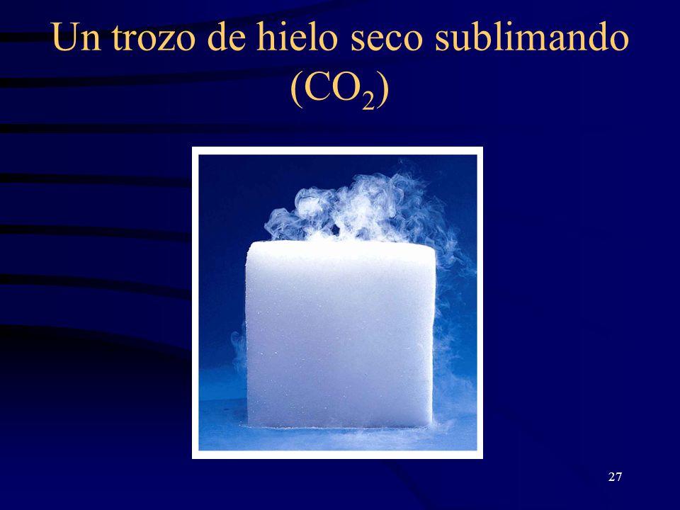 Un trozo de hielo seco sublimando (CO2)