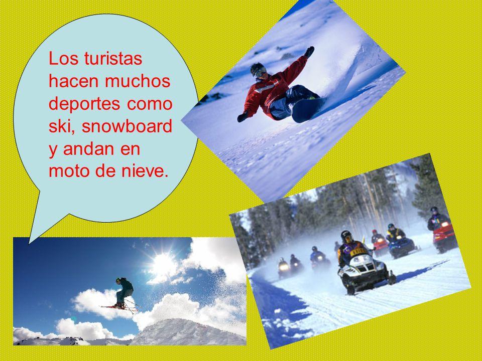 Los turistas hacen muchos deportes como ski, snowboard y andan en moto de nieve.