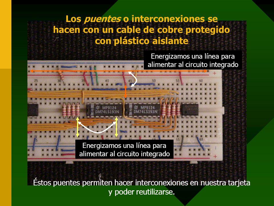 Los puentes o interconexiones se hacen con un cable de cobre protegido con plástico aislante