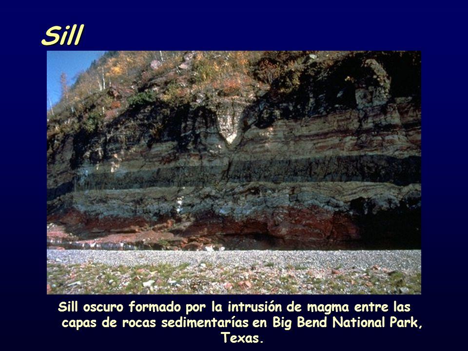 Sill Sill oscuro formado por la intrusión de magma entre las capas de rocas sedimentarías en Big Bend National Park, Texas.