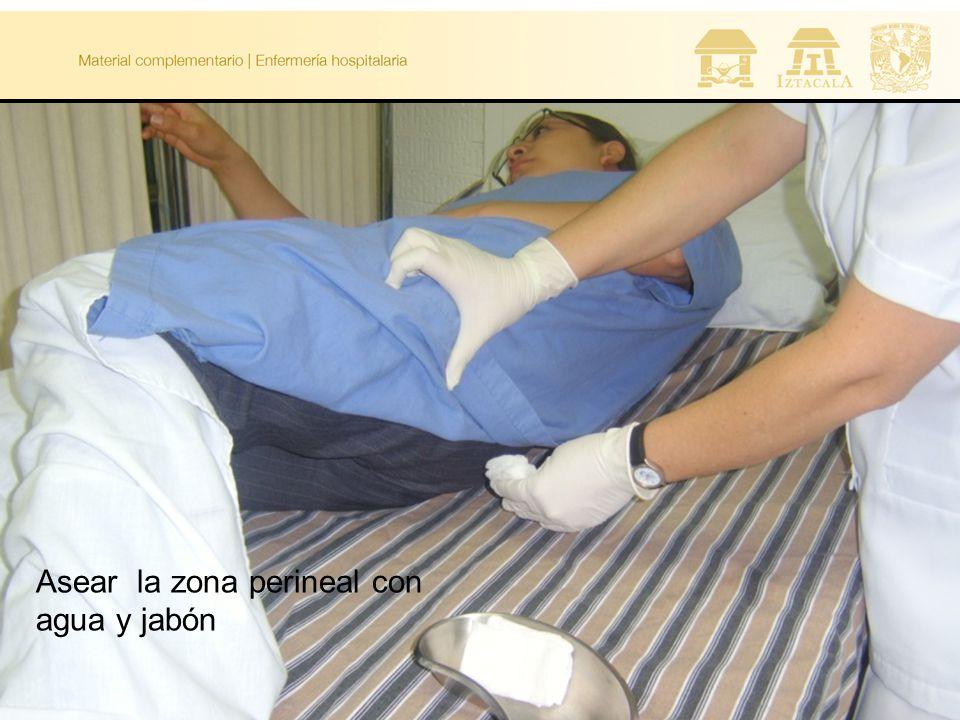 Asear la zona perineal con