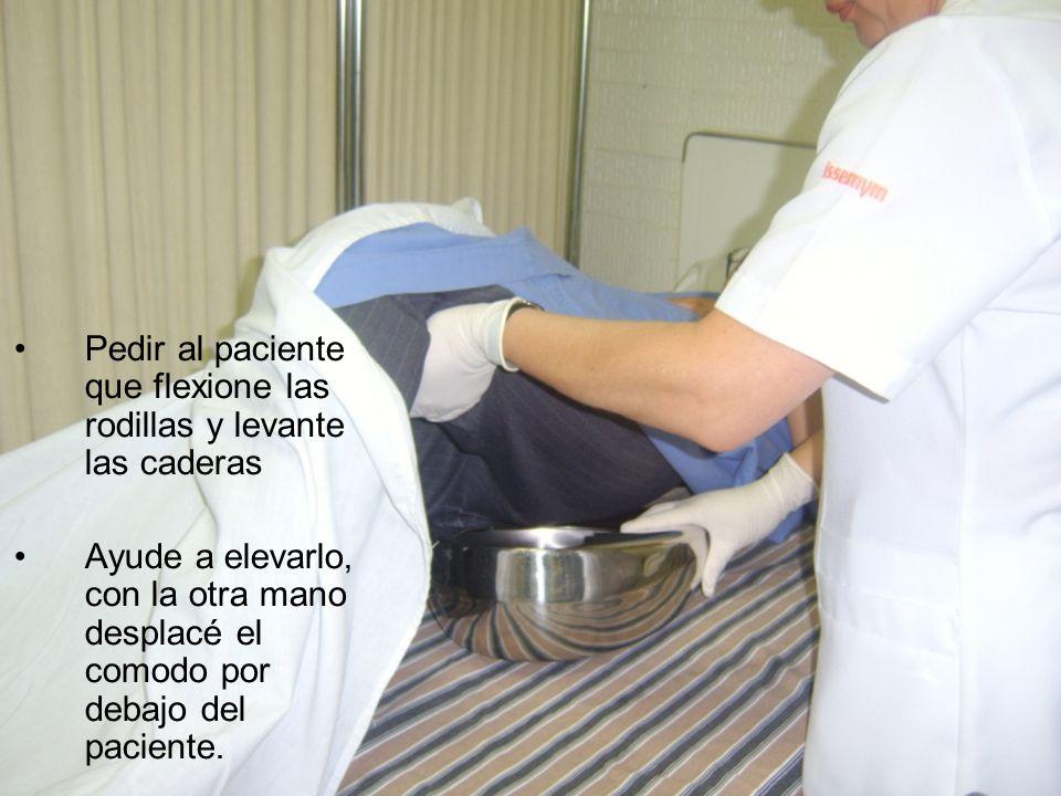 Pedir al paciente que flexione las rodillas y levante las caderas