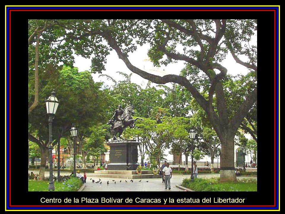 Centro de la Plaza Bolívar de Caracas y la estatua del Libertador