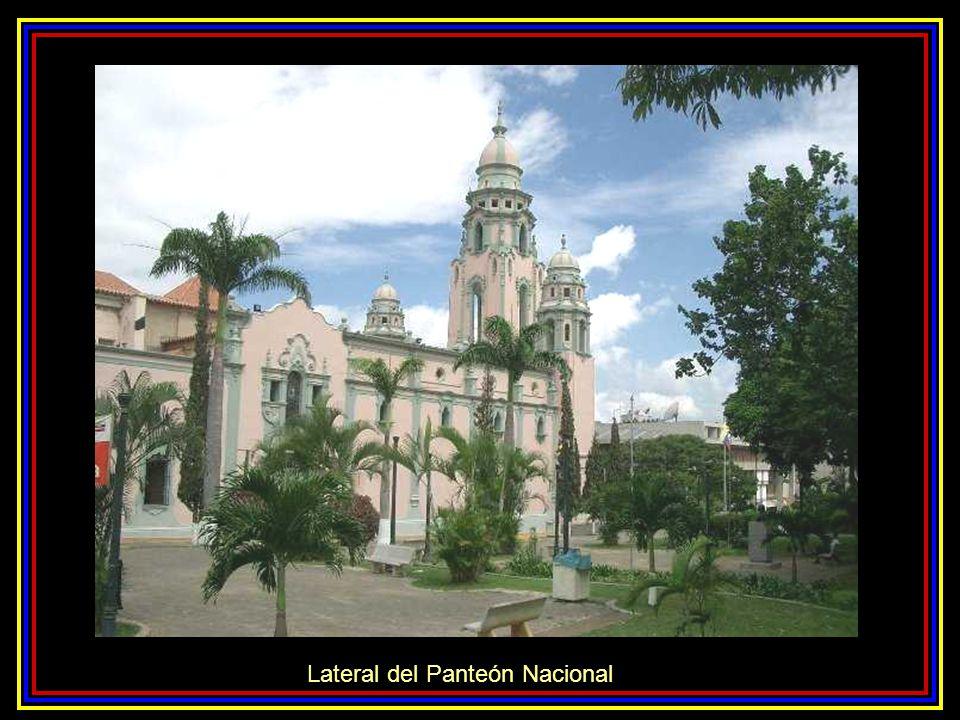 Lateral del Panteón Nacional
