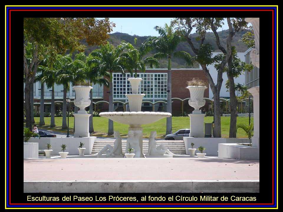 Esculturas del Paseo Los Próceres, al fondo el Círculo Militar de Caracas