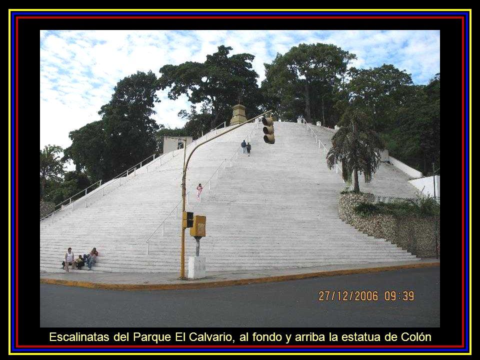 Escalinatas del Parque El Calvario, al fondo y arriba la estatua de Colón