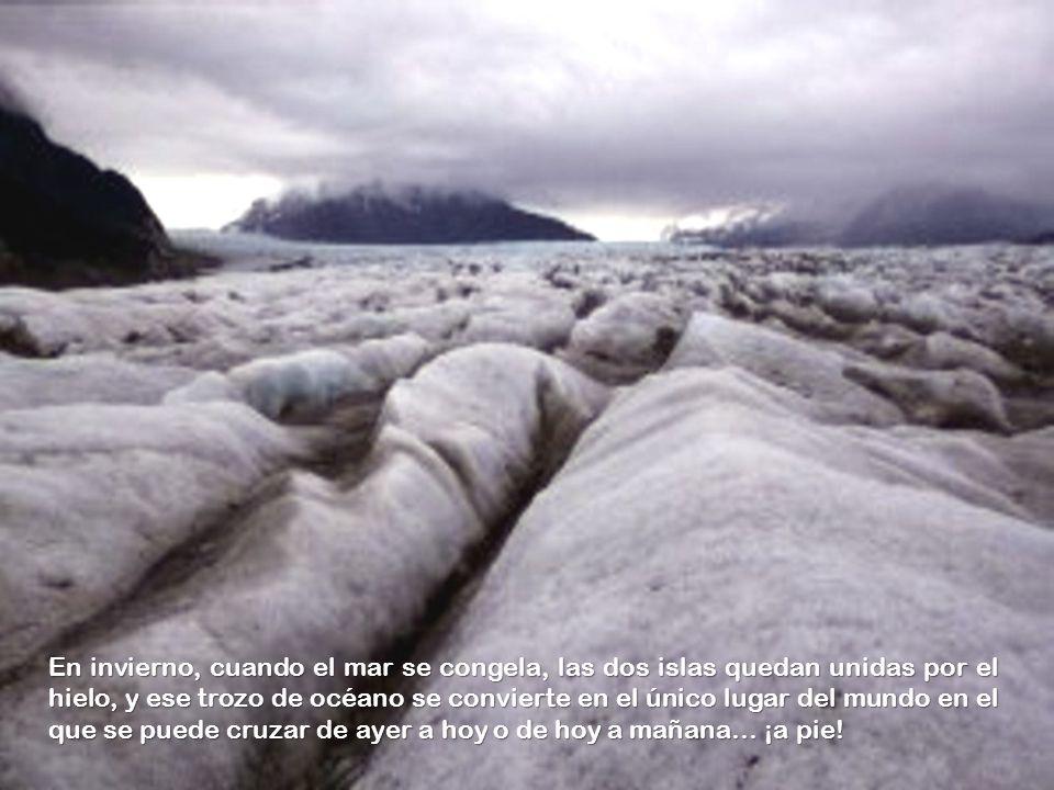 En invierno, cuando el mar se congela, las dos islas quedan unidas por el hielo, y ese trozo de océano se convierte en el único lugar del mundo en el que se puede cruzar de ayer a hoy o de hoy a mañana… ¡a pie!