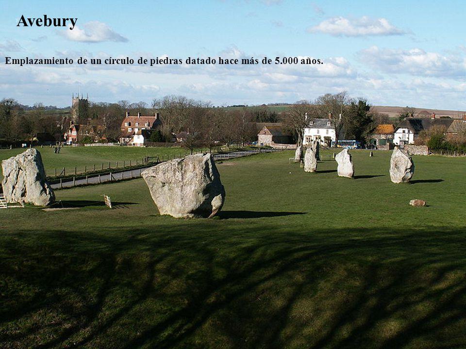 Avebury Emplazamiento de un círculo de piedras datado hace más de 5.000 años.