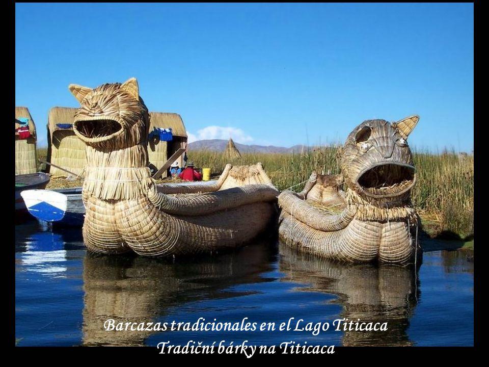 Barcazas tradicionales en el Lago Titicaca Tradiční bárky na Titicaca