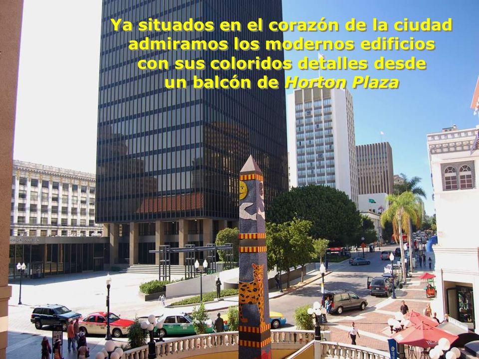 con sus coloridos detalles desde un balcón de Horton Plaza
