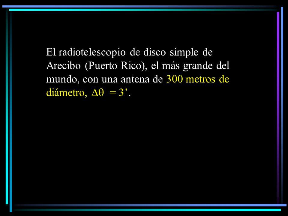El radiotelescopio de disco simple de Arecibo (Puerto Rico), el más grande del mundo, con una antena de 300 metros de diámetro,  = 3'.