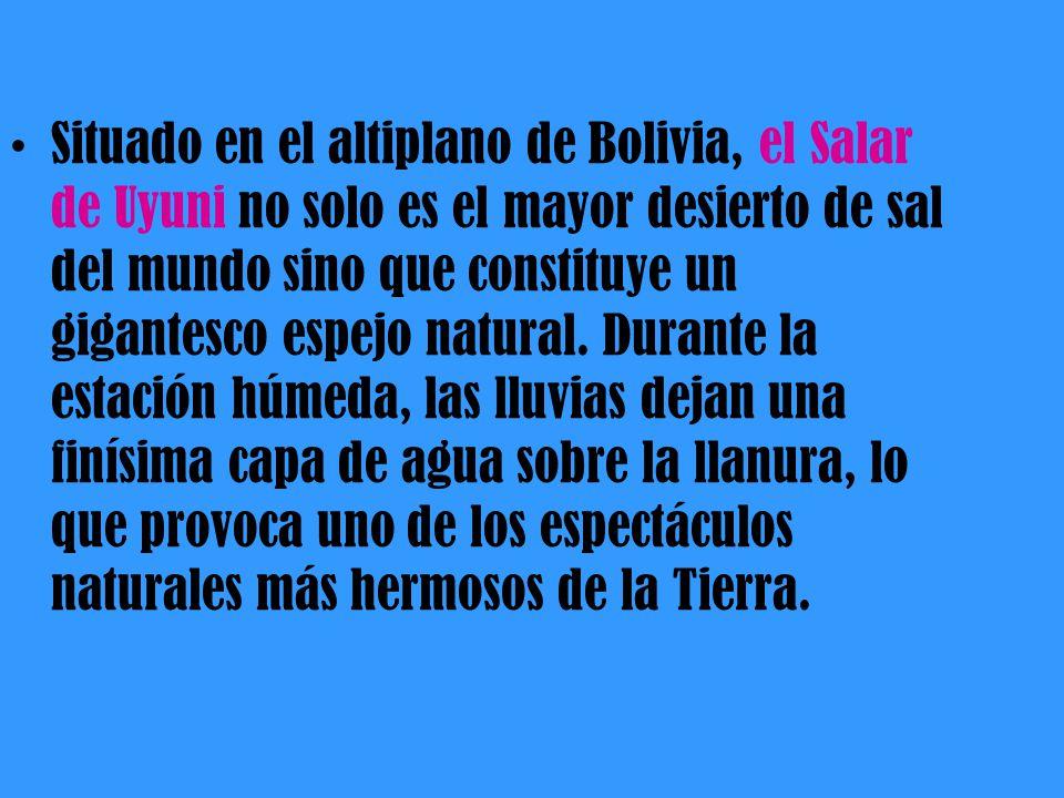 Situado en el altiplano de Bolivia, el Salar de Uyuni no solo es el mayor desierto de sal del mundo sino que constituye un gigantesco espejo natural.