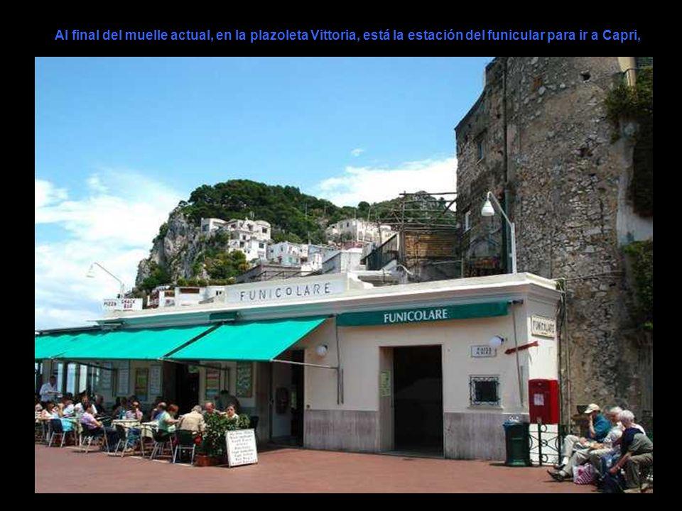 Al final del muelle actual, en la plazoleta Vittoria, está la estación del funicular para ir a Capri,