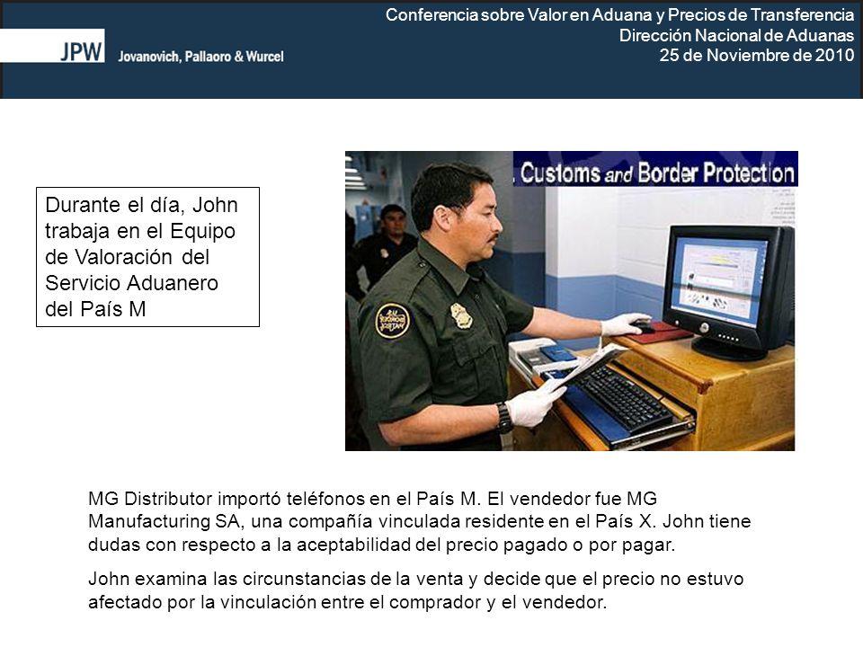Durante el día, John trabaja en el Equipo de Valoración del Servicio Aduanero del País M