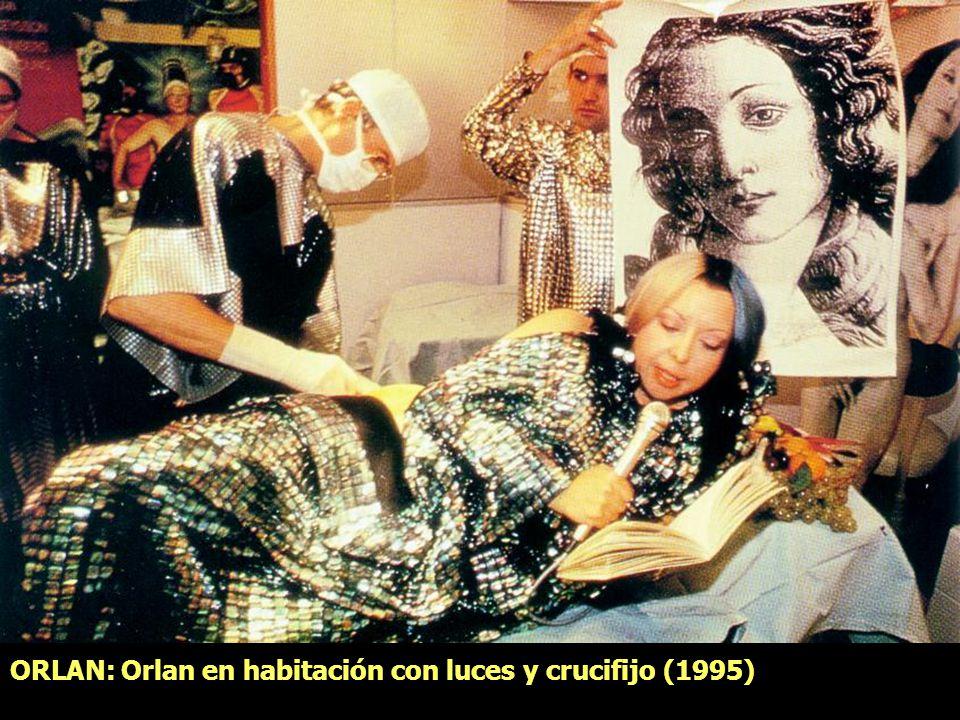 ORLAN: Orlan en habitación con luces y crucifijo (1995)