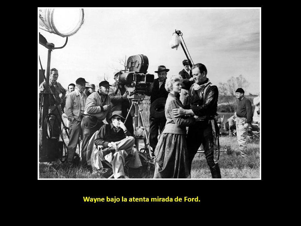 Wayne bajo la atenta mirada de Ford.