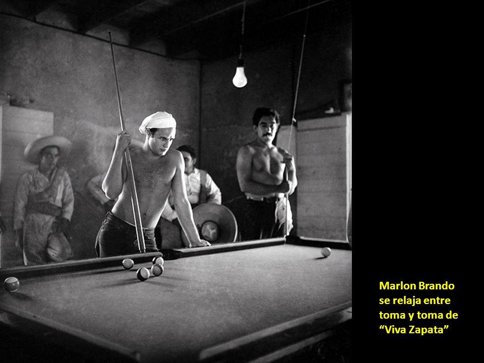 Marlon Brando se relaja entre toma y toma de Viva Zapata