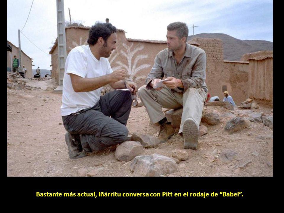 Bastante más actual, Iñárritu conversa con Pitt en el rodaje de Babel .