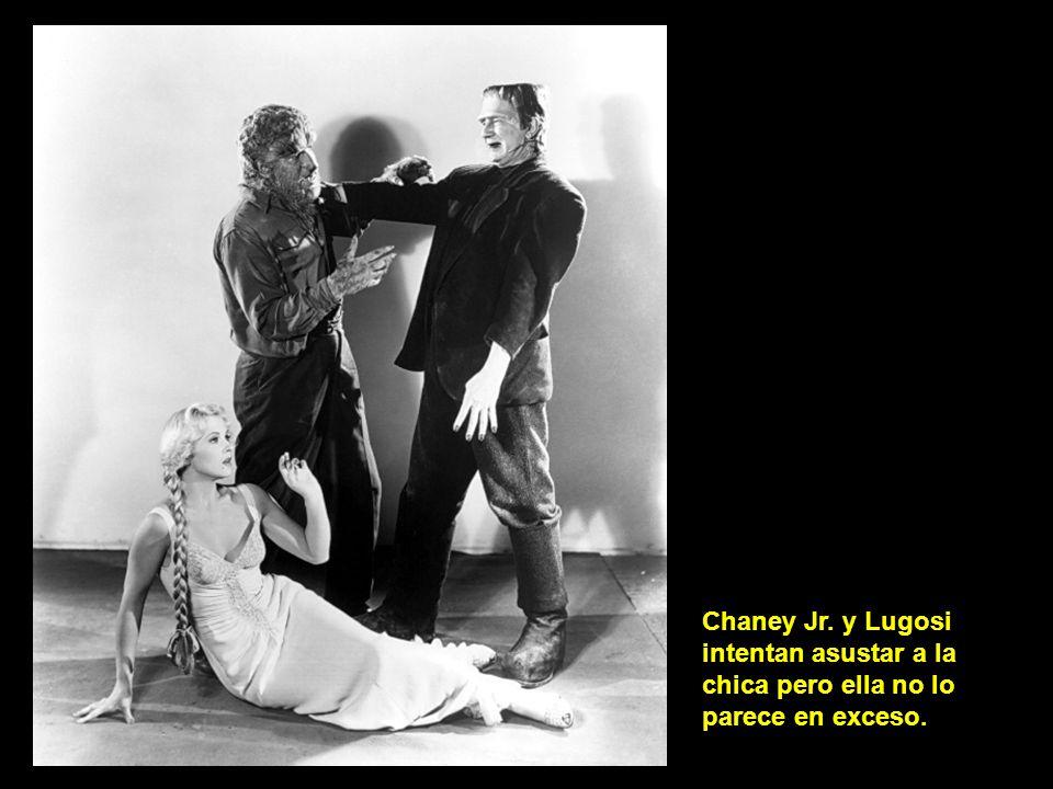 Chaney Jr. y Lugosi intentan asustar a la chica pero ella no lo parece en exceso.