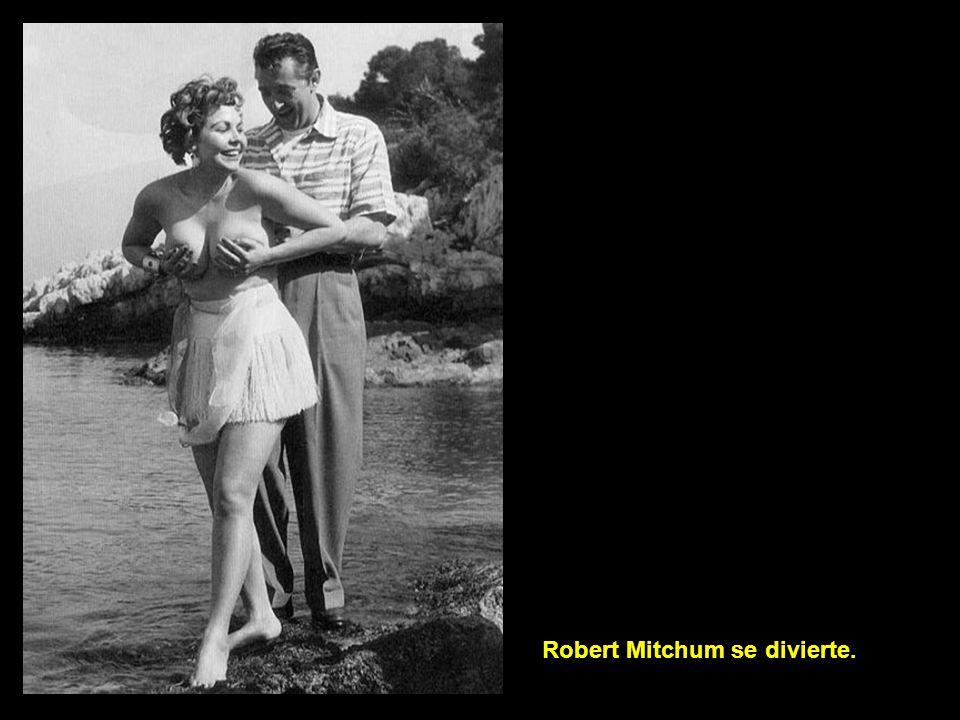 Robert Mitchum se divierte.