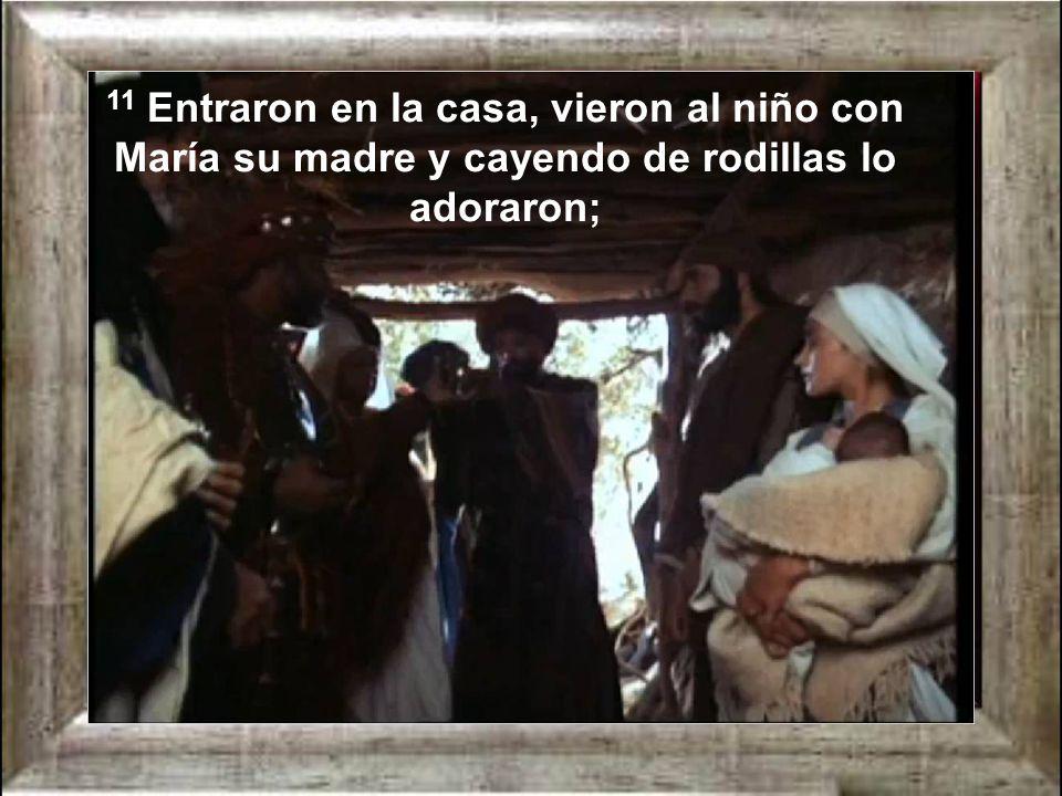 11 Entraron en la casa, vieron al niño con María su madre y cayendo de rodillas lo adoraron;