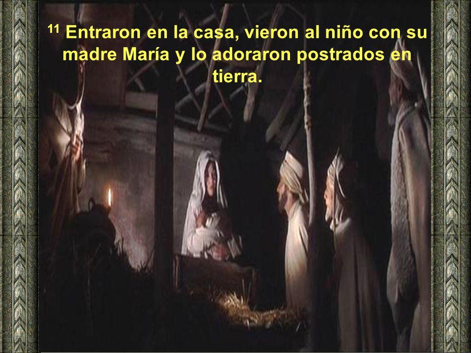 11 Entraron en la casa, vieron al niño con su madre María y lo adoraron postrados en tierra.