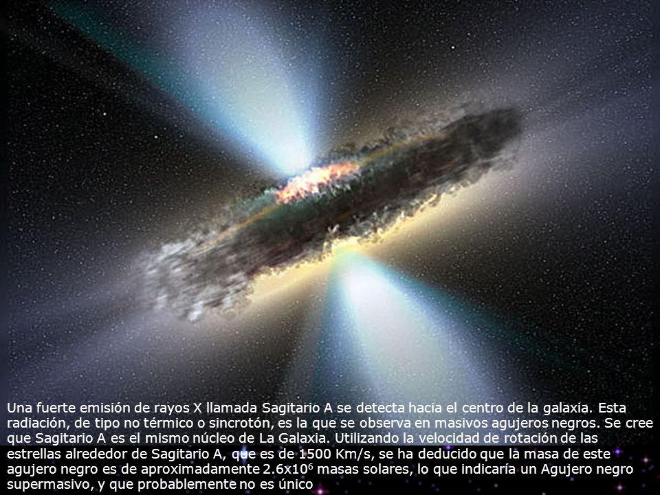 Una fuerte emisión de rayos X llamada Sagitario A se detecta hacia el centro de la galaxia.