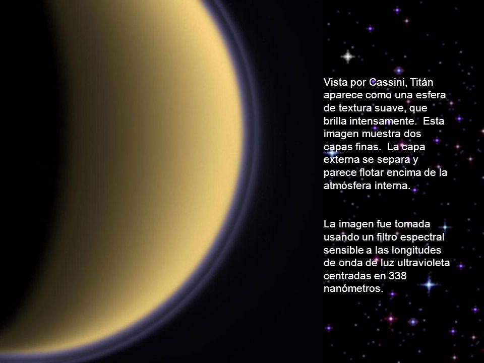Vista por Cassini, Titán aparece como una esfera de textura suave, que brilla intensamente. Esta imagen muestra dos capas finas. La capa externa se separa y parece flotar encima de la atmósfera interna.