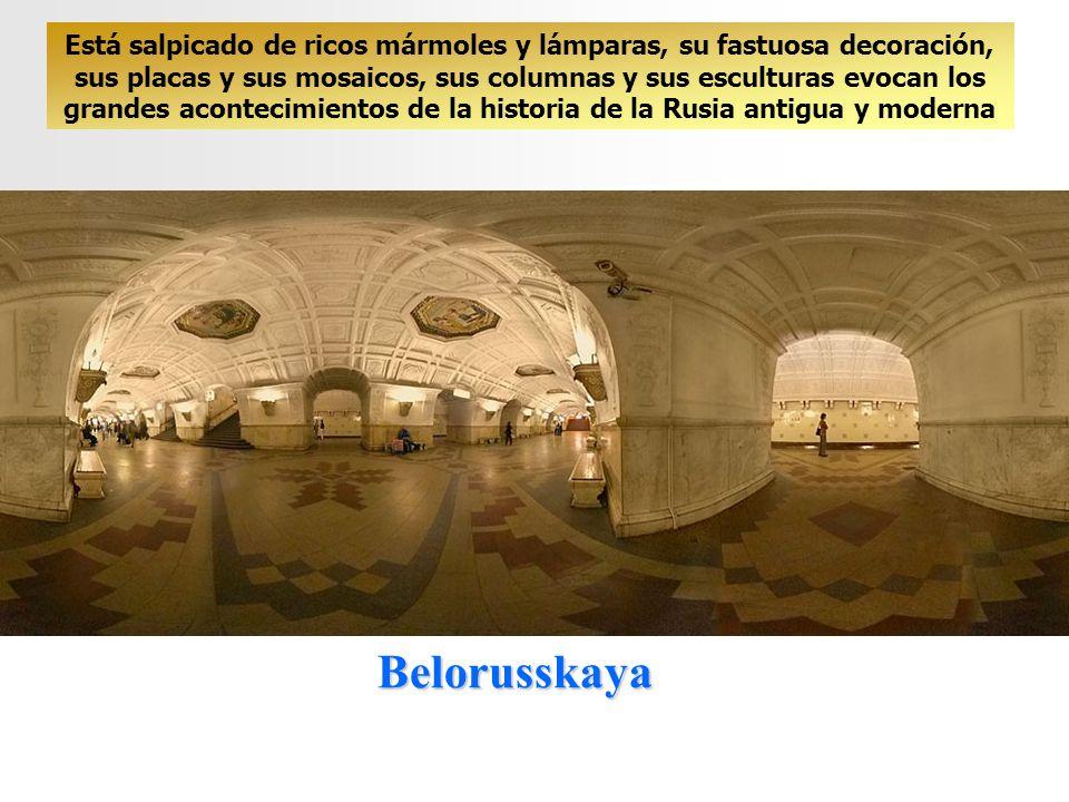 Está salpicado de ricos mármoles y lámparas, su fastuosa decoración, sus placas y sus mosaicos, sus columnas y sus esculturas evocan los grandes acontecimientos de la historia de la Rusia antigua y moderna