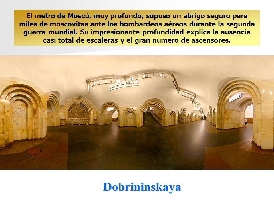 El metro de Moscú, muy profundo, supuso un abrigo seguro para miles de moscovitas ante los bombardeos aéreos durante la segunda guerra mundial. Su impresionante profundidad explica la ausencia casi total de escaleras y el gran numero de ascensores.