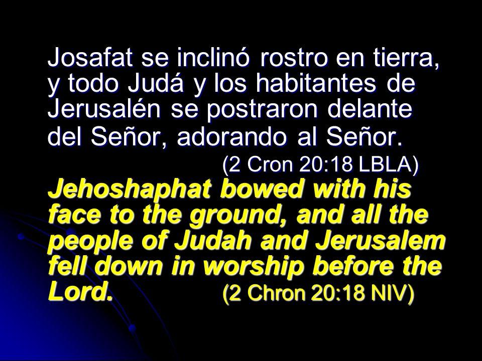 Josafat se inclinó rostro en tierra, y todo Judá y los habitantes de Jerusalén se postraron delante del Señor, adorando al Señor.
