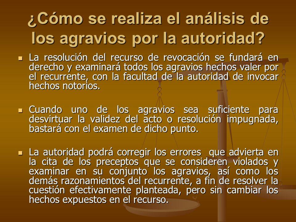 ¿Cómo se realiza el análisis de los agravios por la autoridad