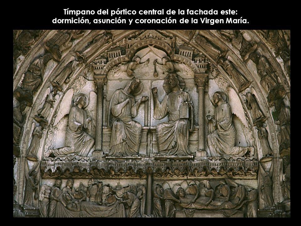 Tímpano del pórtico central de la fachada este: dormición, asunción y coronación de la Virgen María.