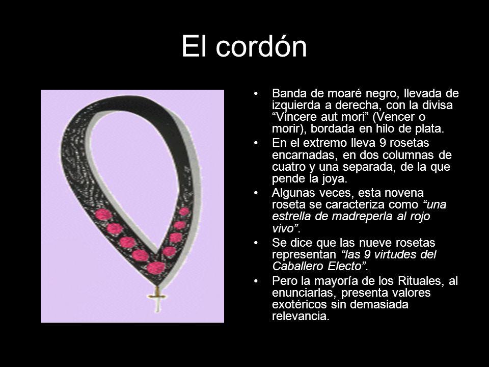 El cordón Banda de moaré negro, llevada de izquierda a derecha, con la divisa Vincere aut mori (Vencer o morir), bordada en hilo de plata.