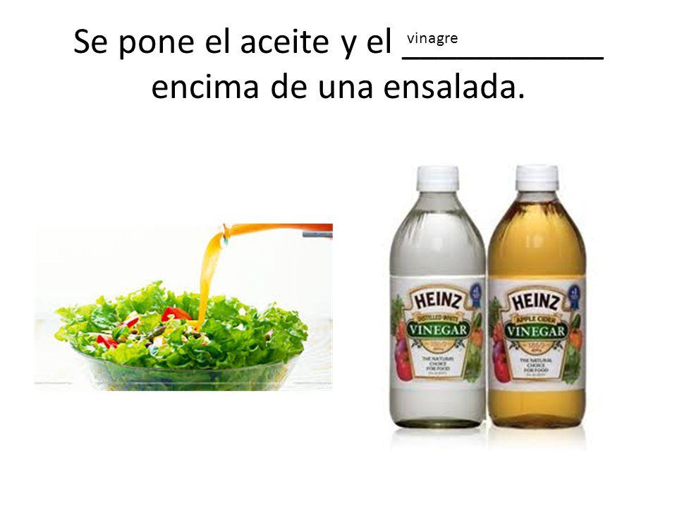 Se pone el aceite y el ___________ encima de una ensalada.