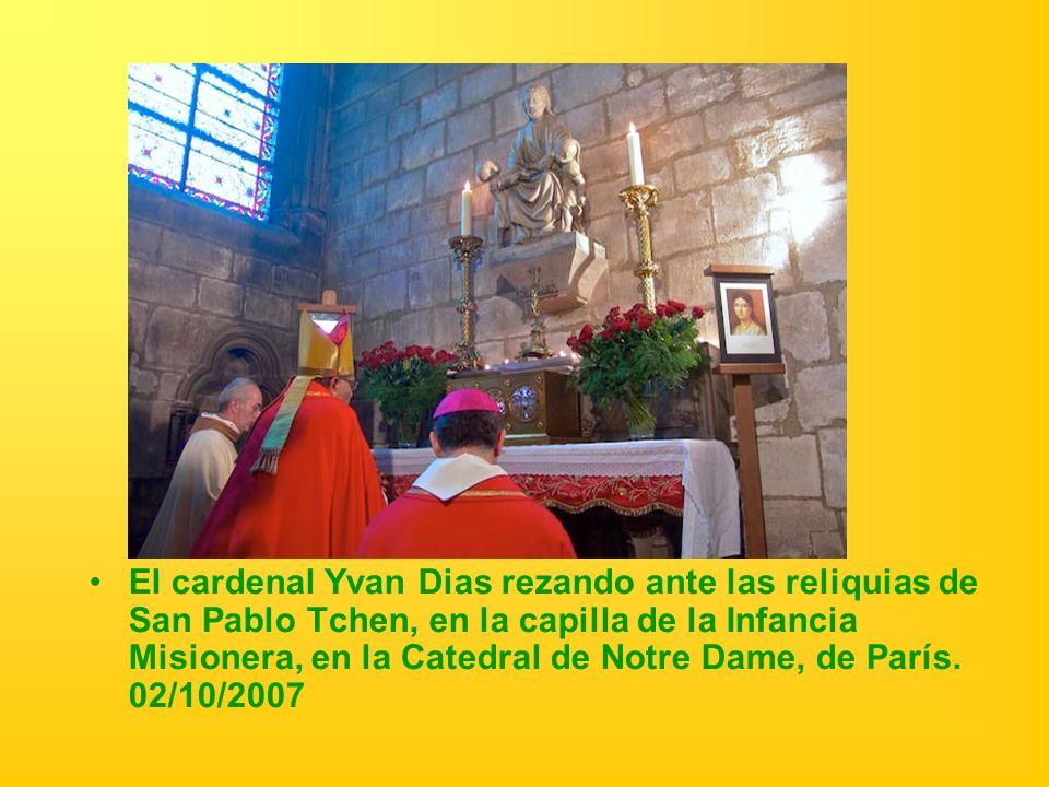 El cardenal Yvan Dias rezando ante las reliquias de San Pablo Tchen, en la capilla de la Infancia Misionera, en la Catedral de Notre Dame, de París.