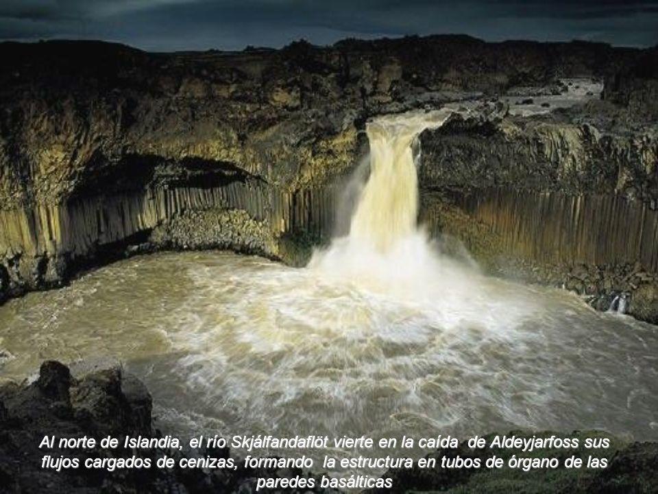 Al norte de Islandia, el río Skjálfandaflöt vierte en la caída de Aldeyjarfoss sus flujos cargados de cenizas, formando la estructura en tubos de órgano de las paredes basálticas