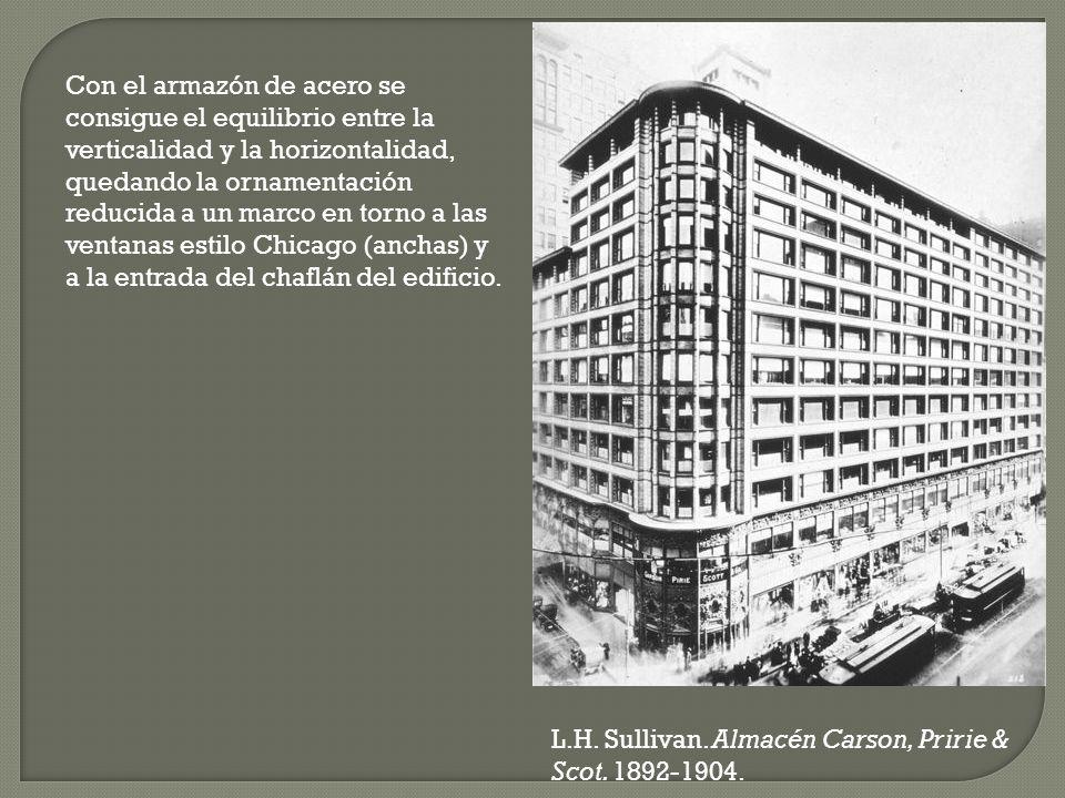 Con el armazón de acero se consigue el equilibrio entre la verticalidad y la horizontalidad, quedando la ornamentación reducida a un marco en torno a las ventanas estilo Chicago (anchas) y a la entrada del chaflán del edificio.
