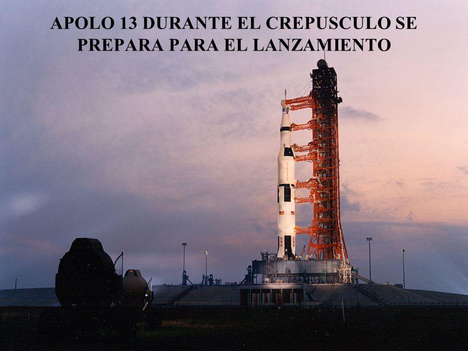 APOLO 13 DURANTE EL CREPUSCULO SE PREPARA PARA EL LANZAMIENTO