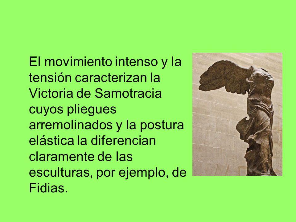 El movimiento intenso y la tensión caracterizan la Victoria de Samotracia cuyos pliegues arremolinados y la postura elástica la diferencian claramente de las esculturas, por ejemplo, de Fidias.